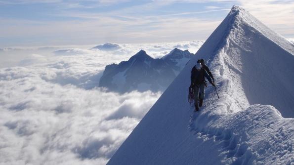 montagna_con_neve_alpinista